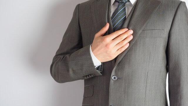 スーツ姿のハンサムな男性