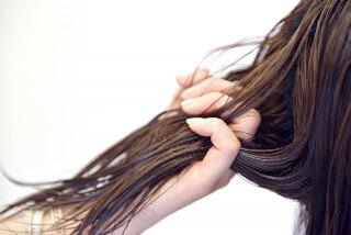 髪をトリートメントする