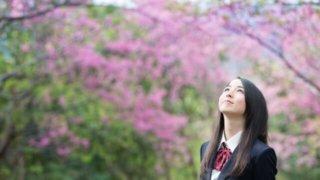 空を見上げる女子学生