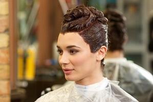 髪を染める女性