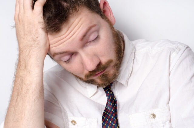 ひげの白髪に悩む男性