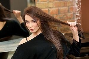 髪のきれいなロングヘアの女性