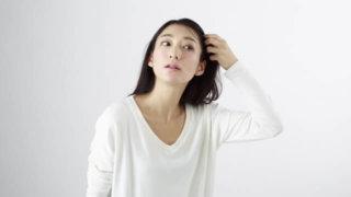 白髪を抜く女性