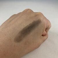キスミーフェルム白髪カバースティックを塗った手