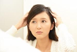 薄毛に悩む女性